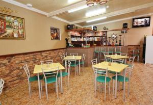 A restaurant or other place to eat at Гостевой дом Аида Витязево