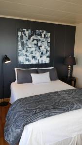 A bed or beds in a room at Hôtel-Motel Vagues Vertes