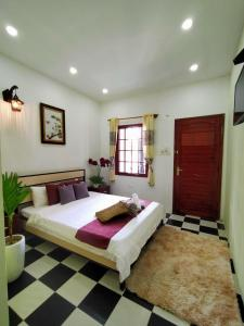 A bed or beds in a room at Cheri Lady Homestay Hue