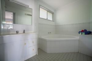 A bathroom at Lockyer Motel