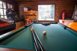 Ein Billardtisch in der Unterkunft Villa Dragona Dufti-Kuss Gästehaus im Herzen von Rees