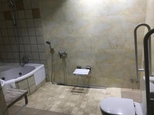 Kamar mandi di Hotel Mas Palou