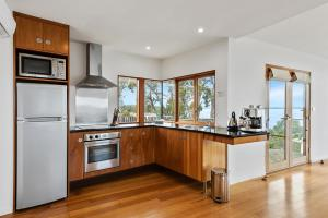 A kitchen or kitchenette at Wheelhouse Apartments