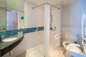 A bathroom at Holiday Inn Express Leicester City