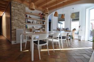 Un restaurante o sitio para comer en B&B Sant Pol