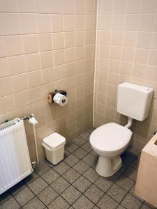 A bathroom at Lekkerurlaub