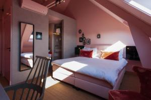 A bed or beds in a room at Boutiquehotel Staats