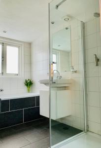 A bathroom at Houseboat Amsterdam