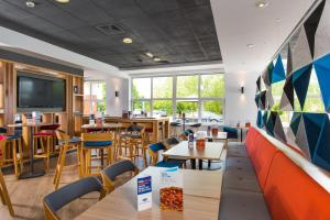 A restaurant or other place to eat at Holiday Inn Express Burton on Trent