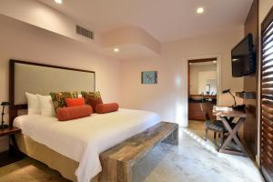 A bed or beds in a room at Casa Victoria Orchid