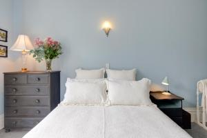 A bed or beds in a room at Thorndon Heritage Listed Villa