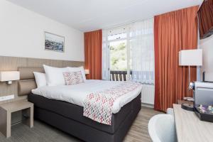 Een bed of bedden in een kamer bij Strandhotel Westduin