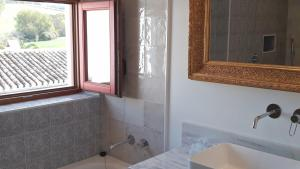 A bathroom at Hotel Cortijo Las Piletas