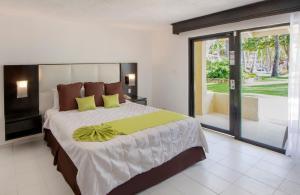 Cama o camas de una habitación en Viva Wyndham Dominicus Beach - All-Inclusive Resort