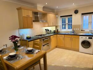 A kitchen or kitchenette at The Garden Suite