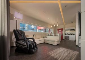 A seating area at Ramada Encore by Wyndham San Luis Potosi
