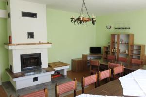 Televízia a/alebo spoločenská miestnosť v ubytovaní Hájenka Bukovina Nová Baňa