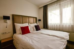 A bed or beds in a room at Cherry Residence, Palace Quarter