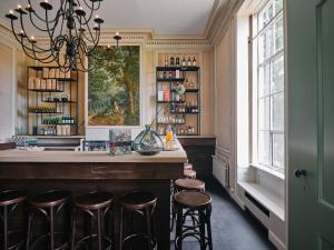 De lounge of bar bij Eco Hotel Plantage Rococo