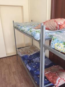 Двухъярусная кровать или двухъярусные кровати в номере kovcheg-hostel