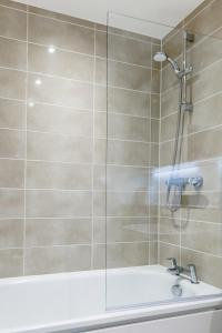 A bathroom at Large Sunny Two Bedroom Apartment with Balcony