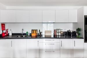 A kitchen or kitchenette at Large Sunny Two Bedroom Apartment with Balcony