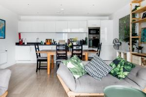 A seating area at Large Sunny Two Bedroom Apartment with Balcony