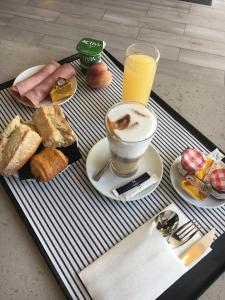 Breakfast options available to guests at Novotel Lille Aéroport
