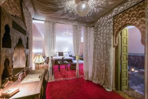Coin salon dans l'établissement Almaha Marrakech Restaurant & SPA