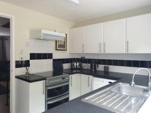 A kitchen or kitchenette at Swindon Denbeck House - EnterCloud9SA