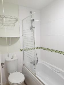 A bathroom at Swindon Denbeck House - EnterCloud9SA