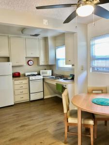 A kitchen or kitchenette at La Jolla Riviera Inn