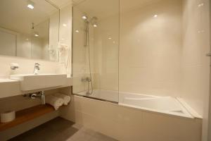 حمام في فندق كافلير
