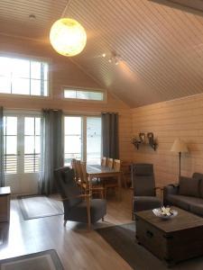 Oleskelutila majoituspaikassa Ähtärin lomamökit - AARRE Mökki