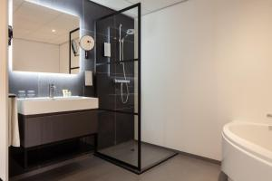 A bathroom at Golden Tulip Leiden Centre