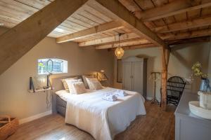 Een bed of bedden in een kamer bij Het Stalhuys