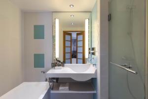 Ванная комната в Novotel Wolverhampton City Centre
