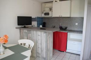 A kitchen or kitchenette at L'air Du Large