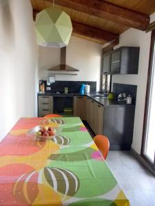 A kitchen or kitchenette at Casa il Girasole con piscina nelle Marche