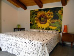 A bed or beds in a room at Casa il Girasole con piscina nelle Marche