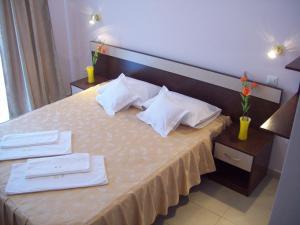 Un pat sau paturi într-o cameră la Hotel Raul
