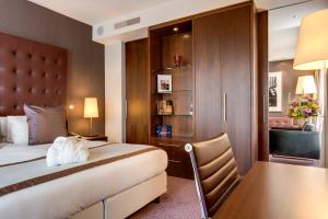 A bed or beds in a room at Crowne Plaza Amsterdam - South