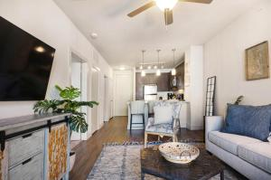 A seating area at Bell Knox Apartments