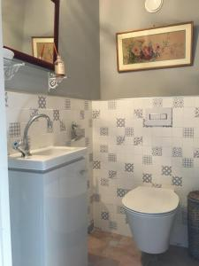 A bathroom at Les Colombages