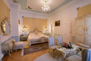 Een bed of bedden in een kamer bij Clarion Grandhotel Zlaty Lev