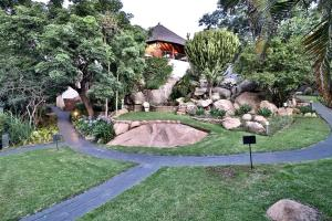 A garden outside La Roca Guesthouse
