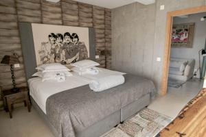 A bed or beds in a room at Surfers Lodge Peniche