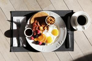 Breakfast options available to guests at Camden Court Hotel