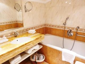 A bathroom at Salzburgerhof Wellness-, Golf- und Genießerhotel