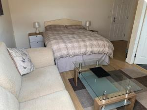 A bed or beds in a room at Crayford's Guest House